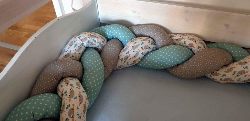 Geflochtene Bettschlange aus drei unterschiedlichen Stoffen